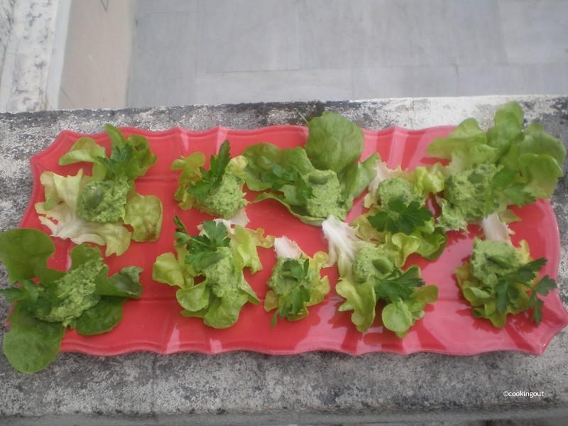 Fèves en purée à l'ail et à la coriandre servie dans des cœurs de salade