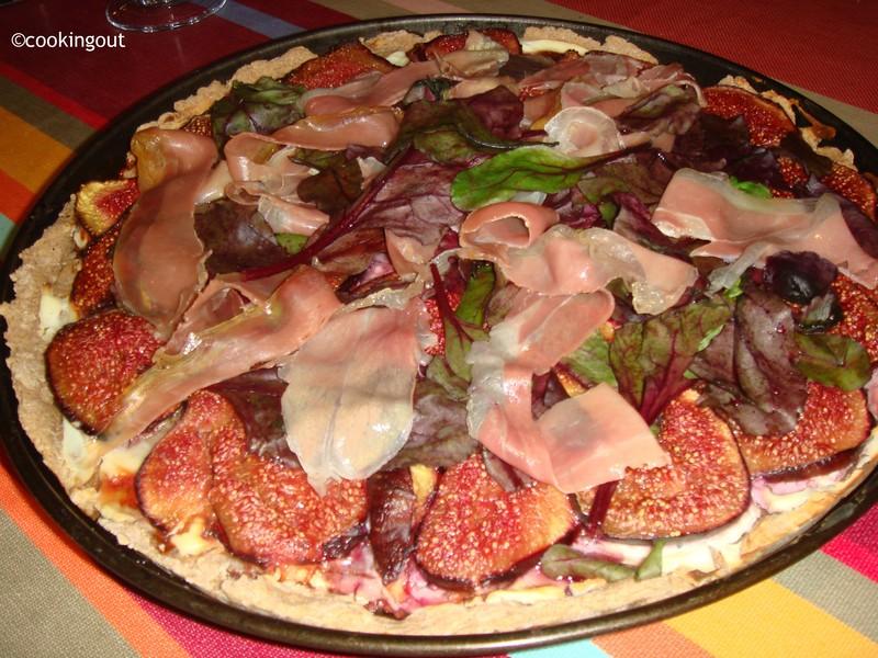 Pizza de figues aux pousses de betteraves et jambon de parme