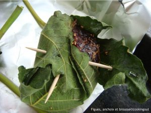 Figues cuites en papillote sans une feuille de figue avec du fromage