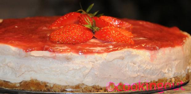 Une recette de saison, le cheesecake à la rhubarbe avec son coulis de fraises