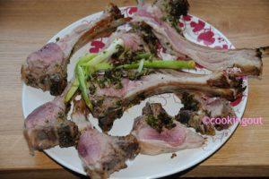 Carré d'agneau rosé au pesto vert