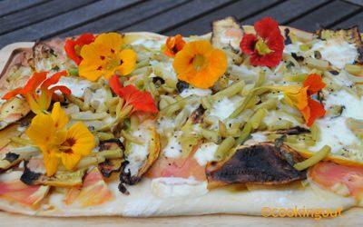 Pizza végétarienne aux légumes ocres et capucines