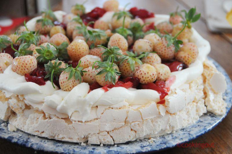 Pavlova cerise et fraises blanches pour un dessert de 18 ans