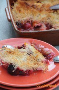 Crumble de fruits rhubarbe, prune, pêche, abricots à la pâte de Kadaïf