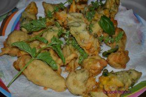 Fleurs de courgettes farcies en beignet de basilic