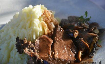 cuissot de sanglier servi avec sa purée et ses champignons en sauce