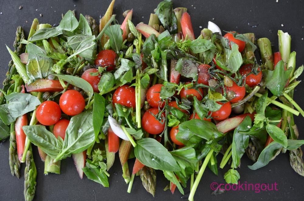 Asperges , rhubarbe et tomates cerises rôties au basilic et câpres