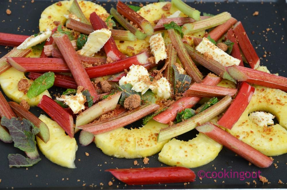 Un dessert très simple à base de fruits de la rhubarbe cuite au four avec de l'ananas et parfumée à la menthe facile et rapide
