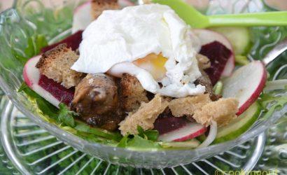 Salade de pissenlits, cœurs de poulet et œufs pochés à la méthode traditionnelle