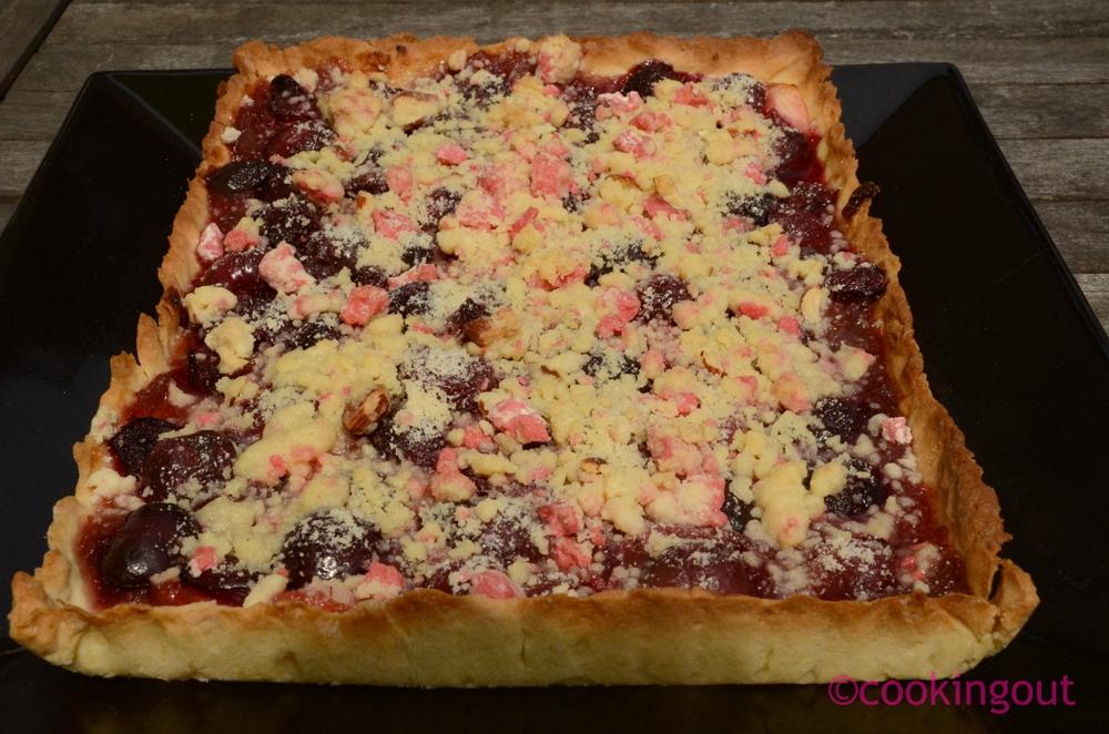 Tarte cerises, rhubarbe et crumble aux pralines roses