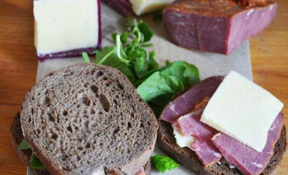 croque-monsieur pastrami, cheddar et cresson sur pain de seigle