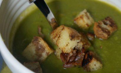 Soupe au brocoli accompagnée de croutons de brioche et pancetta