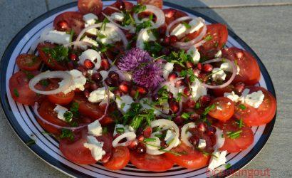 Salade estivale à la tomate, féta, grenade et ciboulette