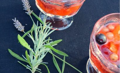fruits d'été pochés au vin blanc parfumés à la lavande et servis très frais