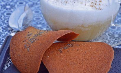 Capommenccino, boisson aux pommes, sirop d'érable et mousse de lait et ses tuiles au pavot