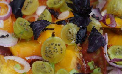 Salade de tomates très fruitée, au choix grenade, groseille ou pastèque.