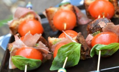 Mini brochettes de tomates présente sous forme de mini Burger