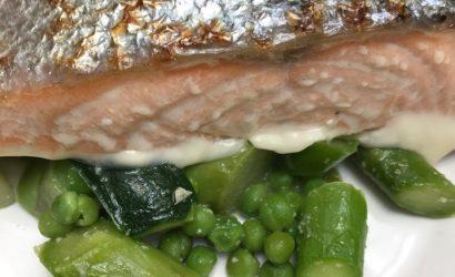 Le saumon teryaki, version canadienne au sirop d'érable avec des petits pois