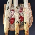 Croque monsieur aux asperges confites, parmesan et anchois