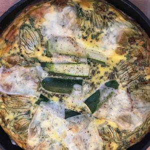 La frittata aux fleurs de courgettes et fromage de brebis