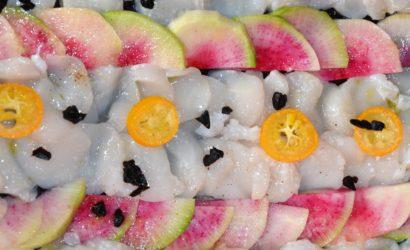 Carpaccio de St Jacques parfumé à l'ail noir au kumquat et au radis red meat