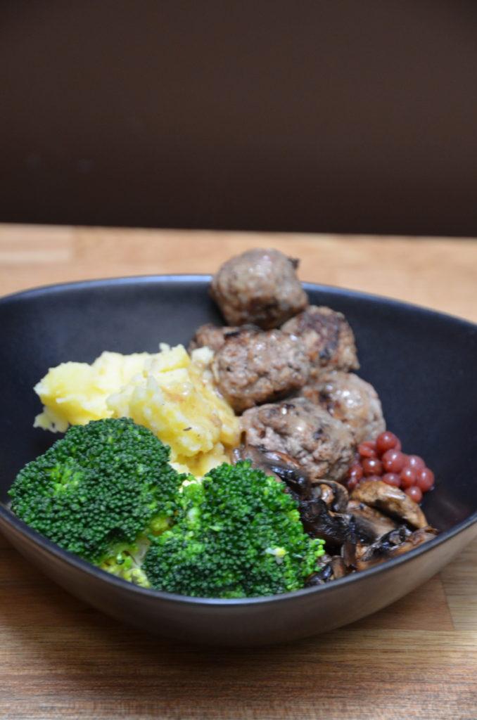 köttbullar boulettes de viande à la suédoise avec pommes de terre et brocolis