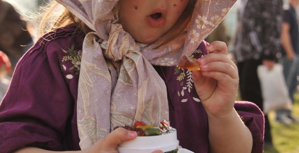 Petite sorcière suédoise de Pâques les Påskkärringarou, qui réclament des bonbons le jeudi saint