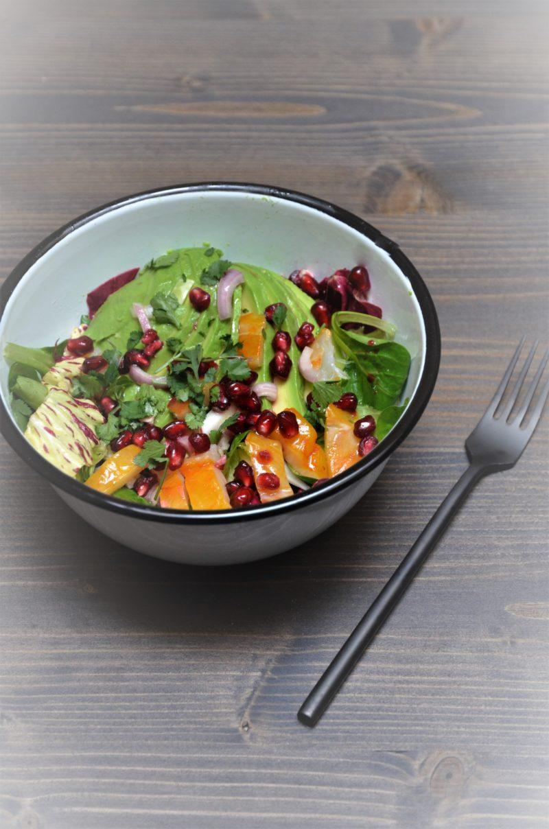 recette originale de salad bowl au haddock, avocat, grenade avec de la chicorée casteldifranco et de la coriandre