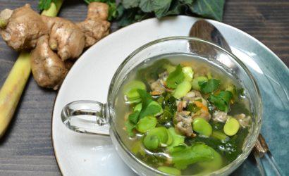 Recette de bouillon exotique aux coques, rapini et fèves fraîches