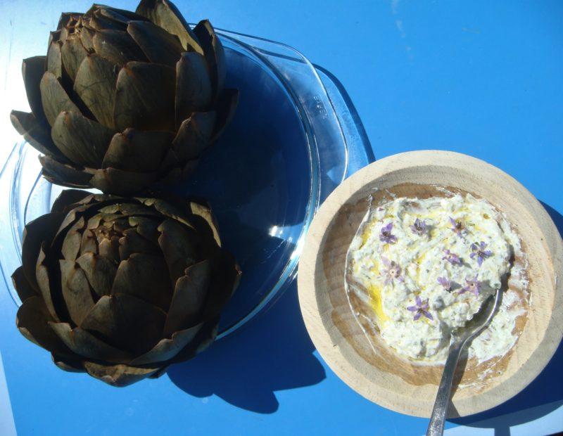 artichauts bretons avec une sauce à la bourrache