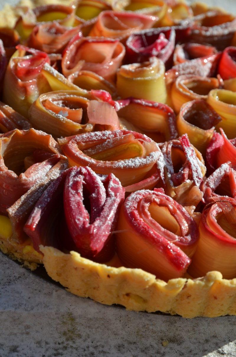 Détail de la tarte à la rhubarbe en forme de fleur