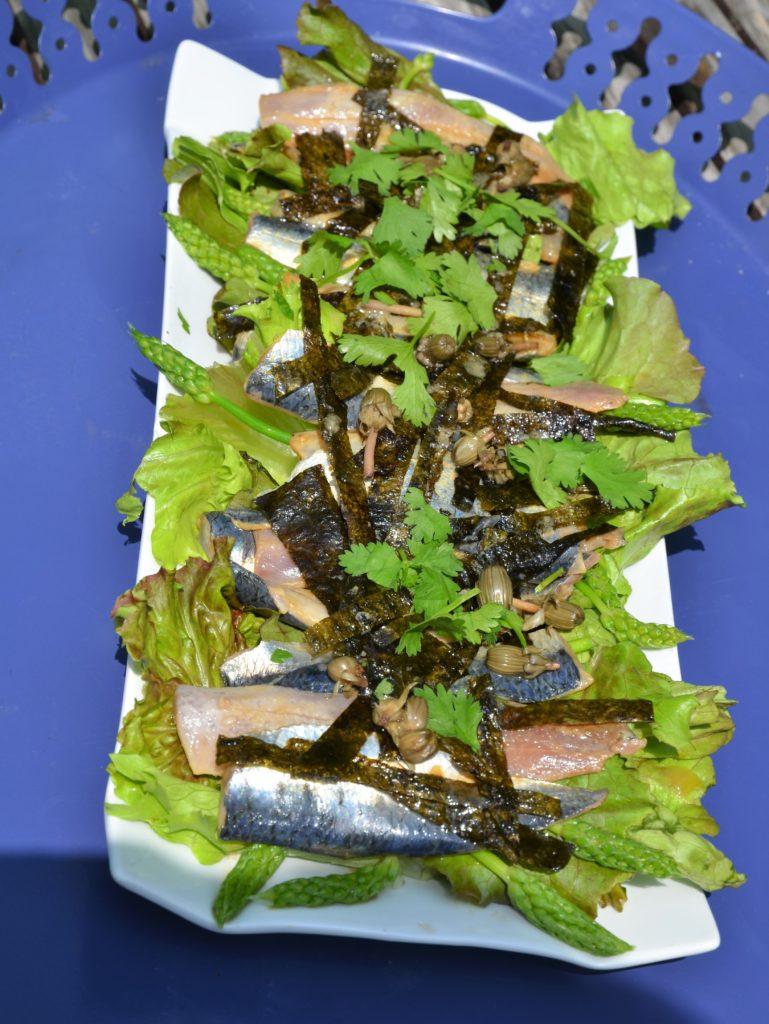 Salade de sardines crues aux algues et asperges sauvages