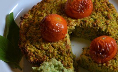 galette de courgette et carotte à la sauge servie avec une sauce à la courgette crue