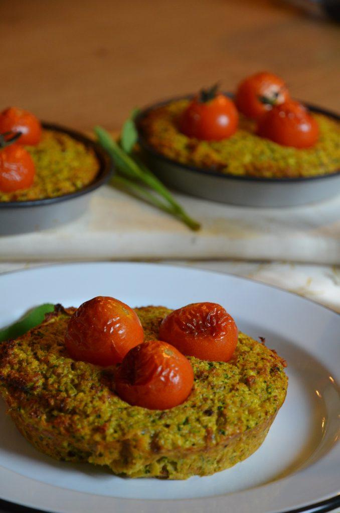 galettes de courgettes et carotte parfumée à la sauge avec des tomates