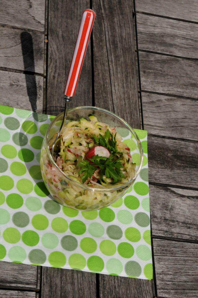 Salade rafraîchissante avec des radis, de la courgette crue