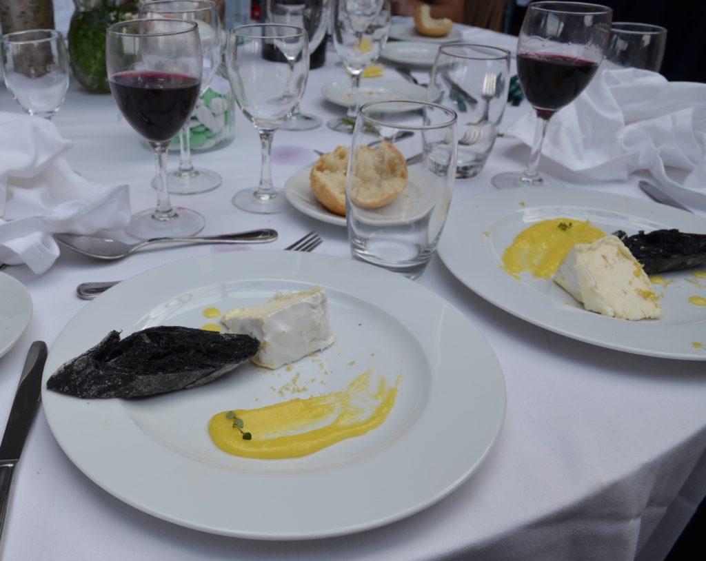 Fromage servit au mariage du brillât savarin et son lemon curd avec du pain au charbon