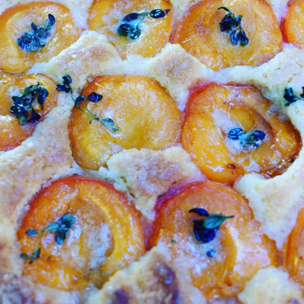 Abricots confits sur un gâteau breton