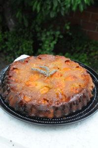 gâteau renversé aux abricots avec son caramel à la lavande