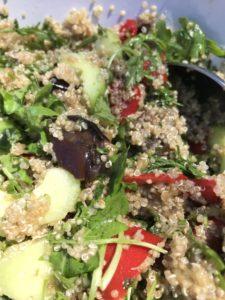 Salade d'été au quinoa aubergines cuites, concombre, roquette et pimiento del pequillo