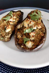 une aubergine farcie au quinoa et feta pour accompagner des viandes au BBQ