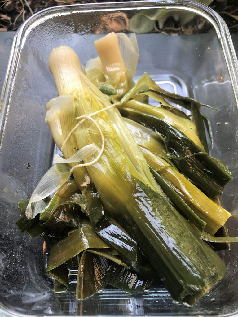 poireaux cuits dans le bouillon de volaille à déguster en vinaigrette