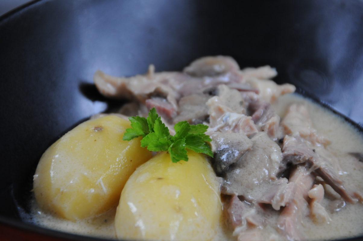 assiette de poule au blanc avec pommes vapeur