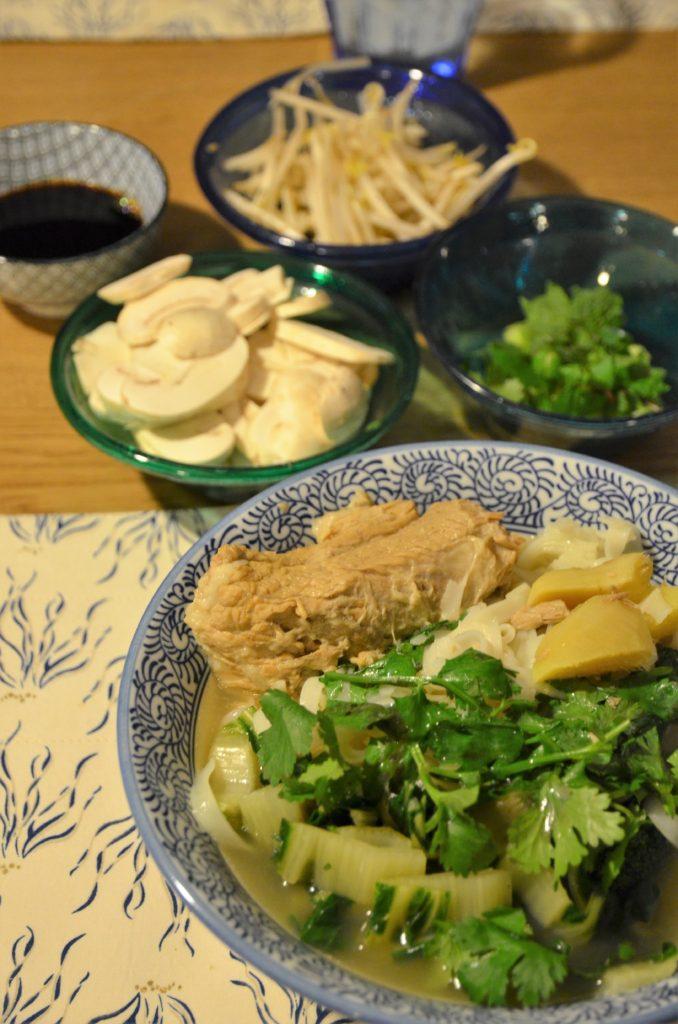 soupe aux parfums asiatiques réalisée avec le bouillon de veau et les tendrons de veau cuits dans le bouillon