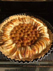 tarte sans gluten pommes et mirabelles cuites sucré à la confiture d'abricot
