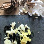 préparation d'ail noir et blanc pour parfumer les rognons de veau