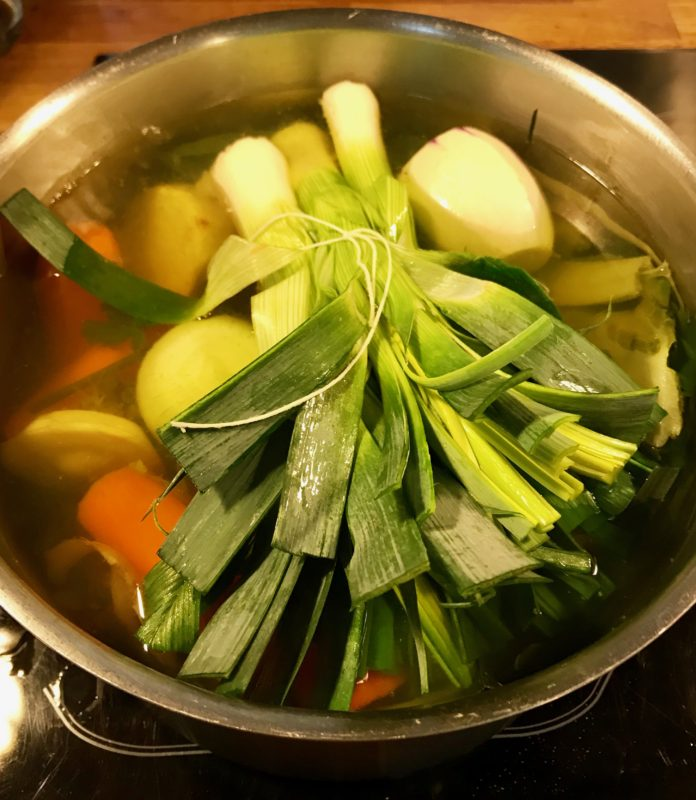casserole avec le bouillon de légumes
