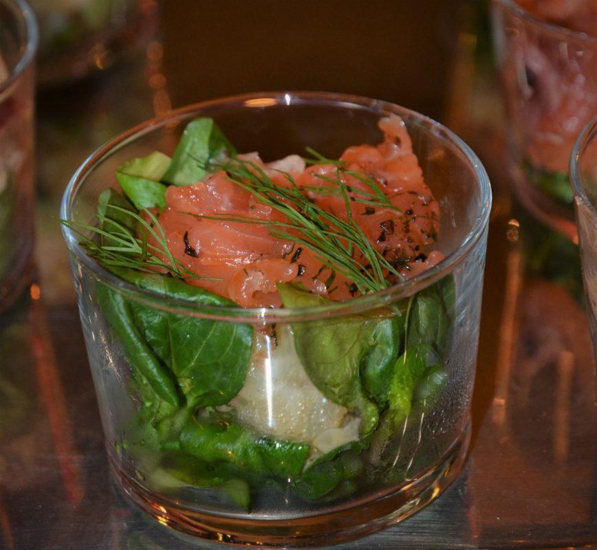 salade d'oca et gravlax, aneth, oignon rouge, pomme Granny smith et raifort