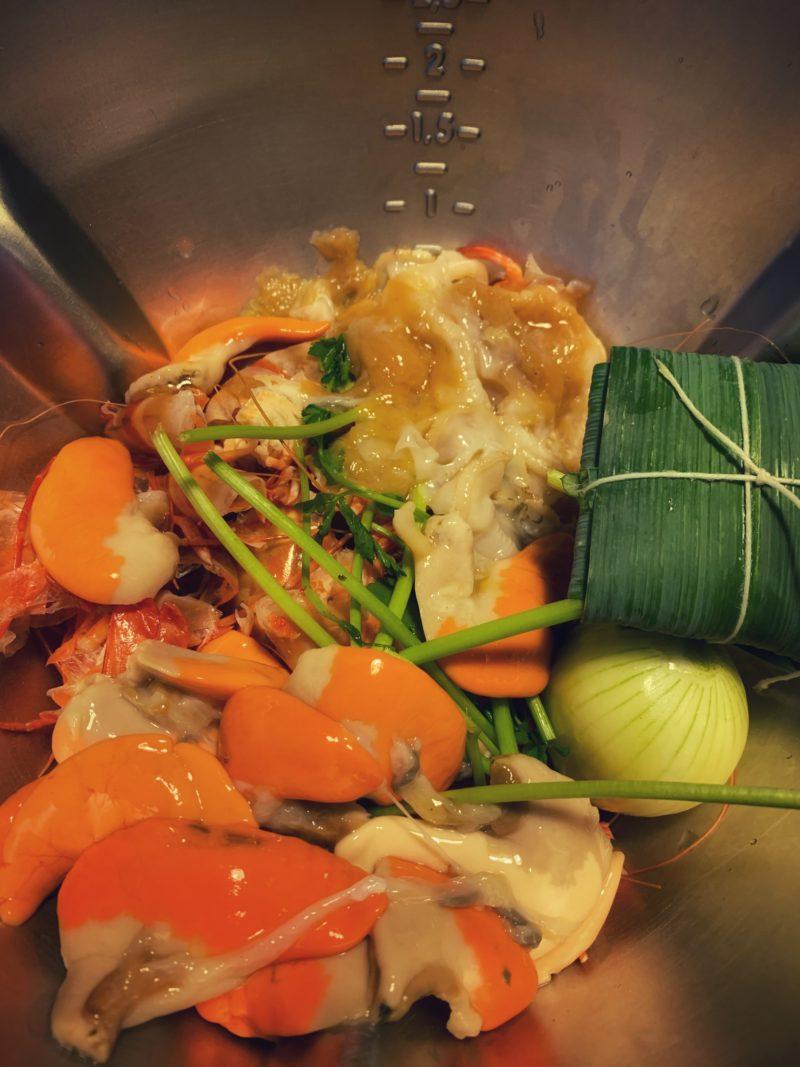 fumet de poisson avec corail de coquilles st Jacques et carcasses de crevettes