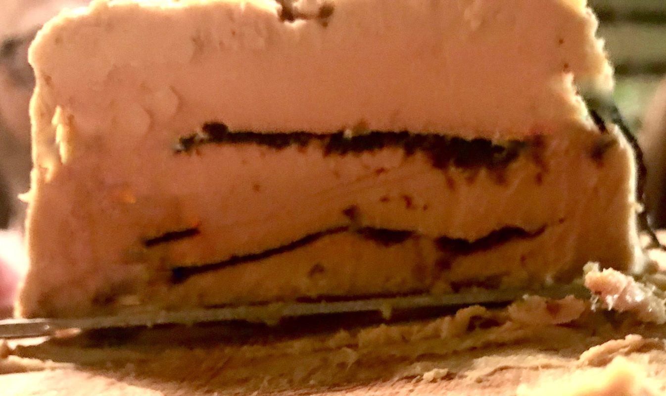 Foie gras cuit au four pressé en couches avec des algues nori