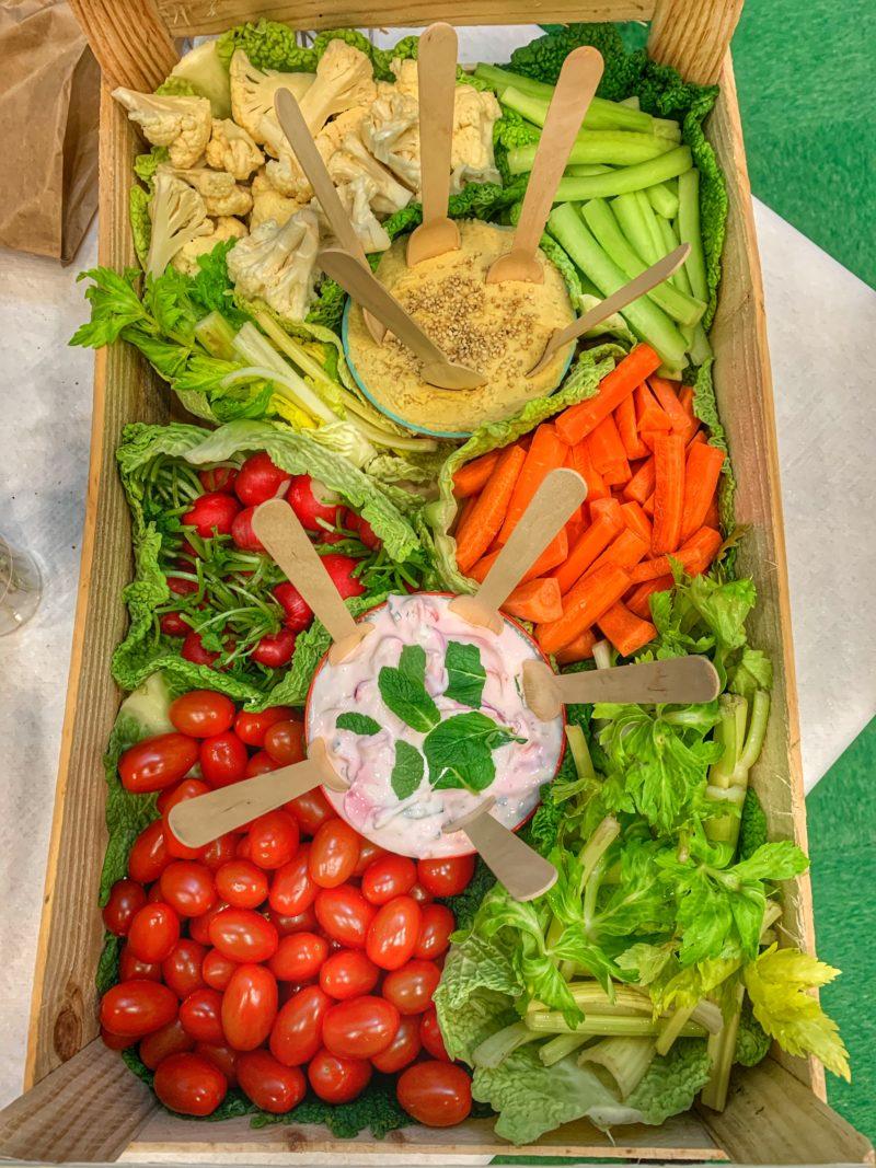 Panier de légumes pour l'apéro en DIY dans une cagette
